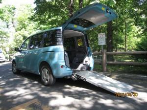 スロープ付きの福祉車両